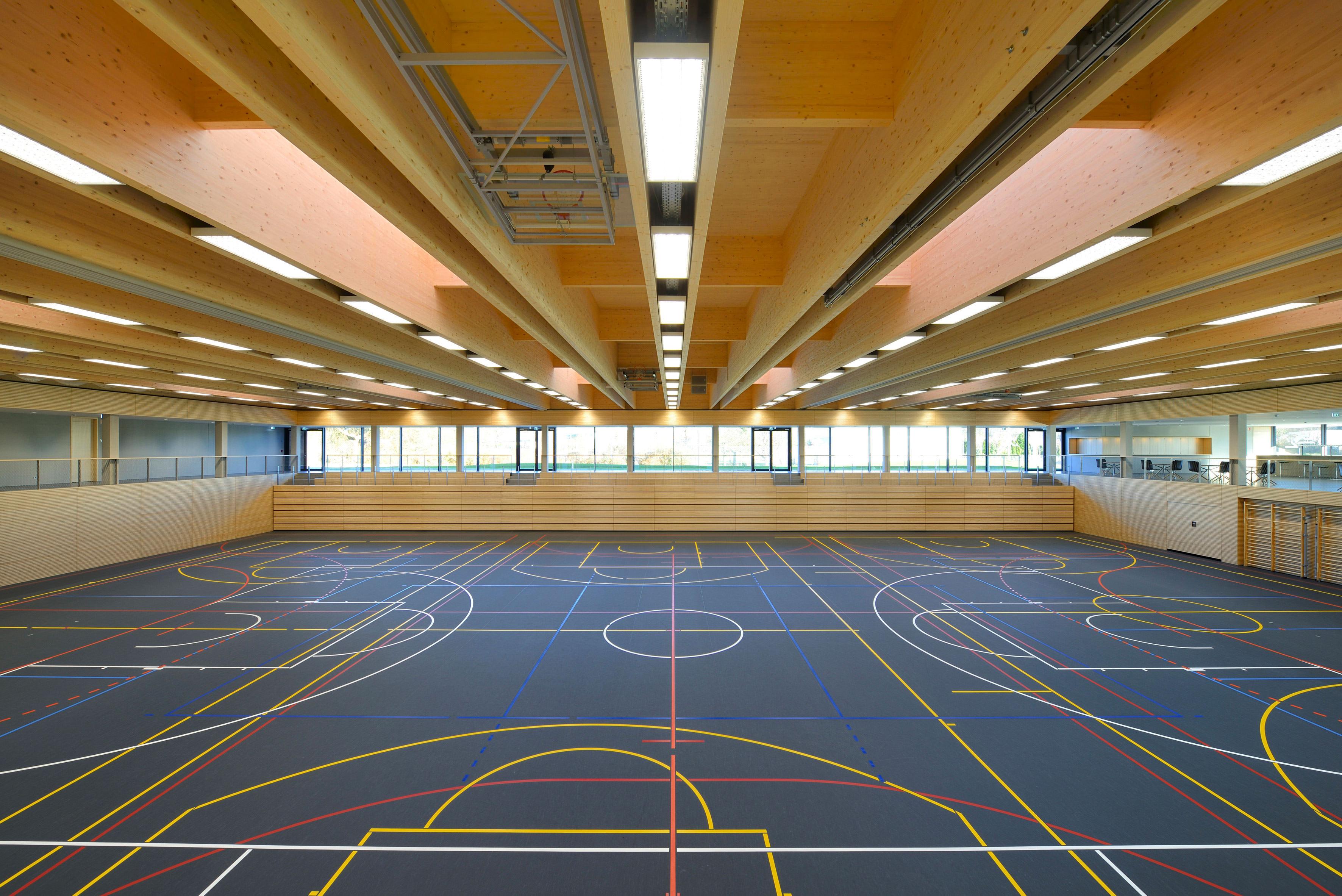Sporthalle Stadtbergen mit tiefer gelegtem Spielfeld und schwarzem ...