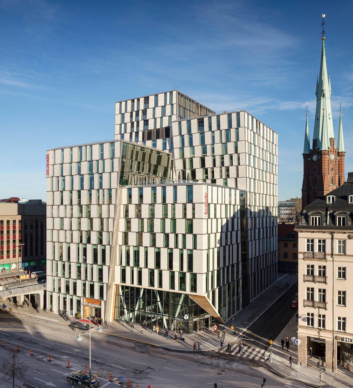 unrhythmisch harmonisch moderne naturstein fassade mitten in stockholm. Black Bedroom Furniture Sets. Home Design Ideas