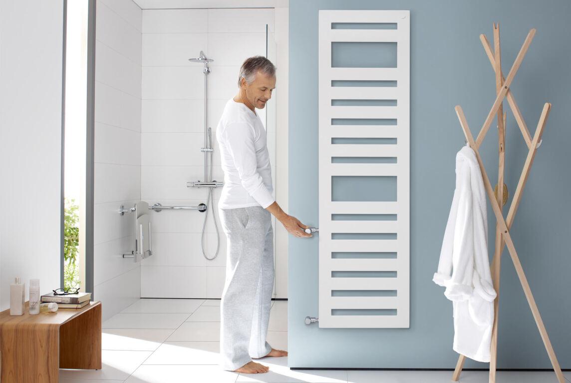 Barrierefreier Zehnder Metropolitan Spa mit einer Thermostat-Position in bequemer Griffhöhe