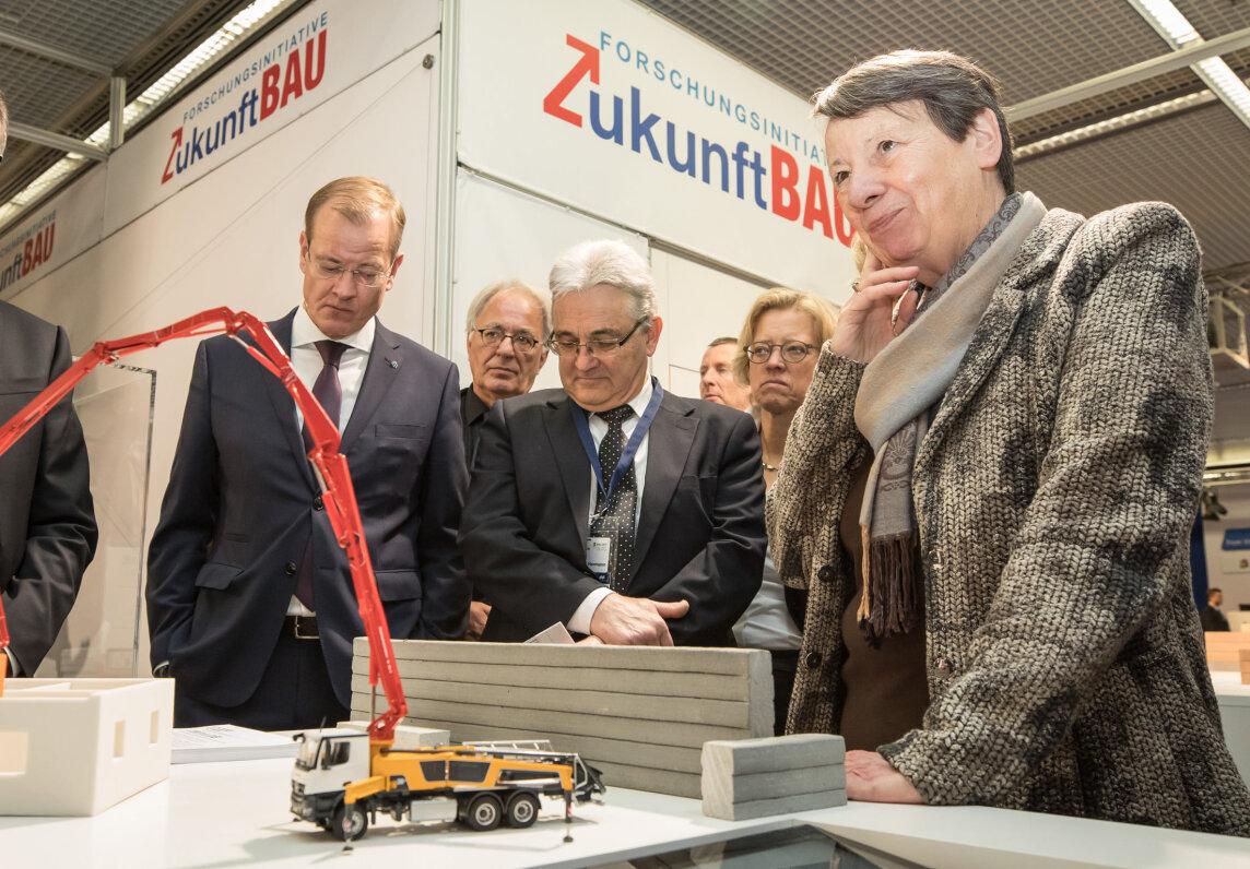 Barbara Hendricks am Stand der Forschungsinitiative Zukunft Bau des BMUB und des BBSR. Dort ließ sich die Bundesministerin einige Forschungsergebnisse vorstellen.