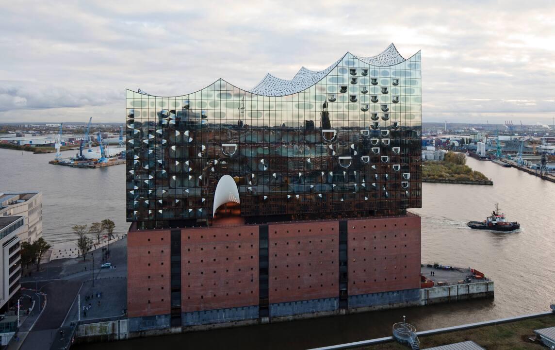spiegelnde Fassade der Elbphilharmonie