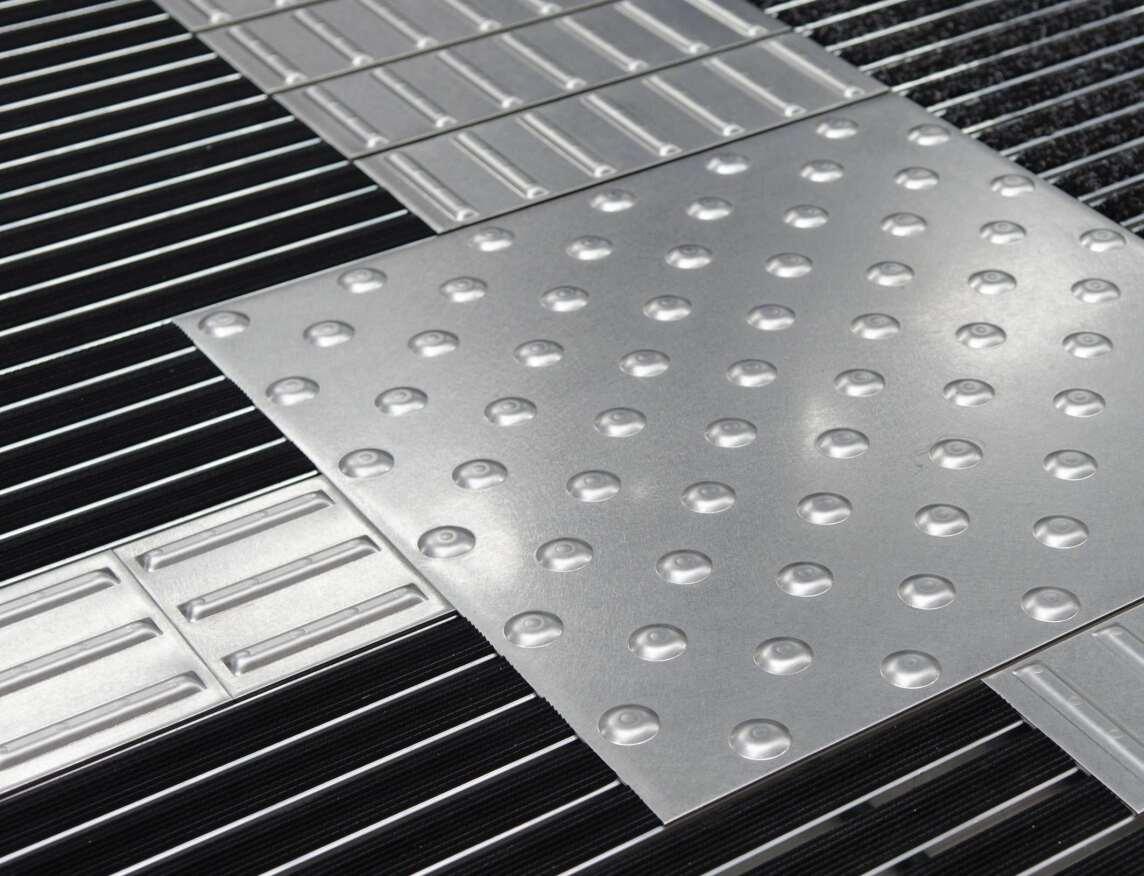 emco SPIN Safe - Eingangsmatte mit integriertem taktilen Bodenleitsystem