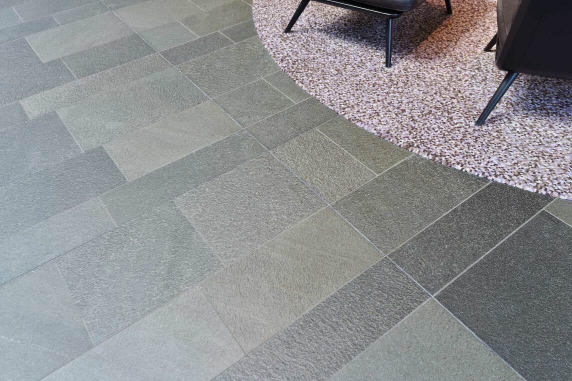 9/10 Rutschfeste, bruchraue Bodenplatten aus RocaNEX RX 38 Offerdal Quarzit