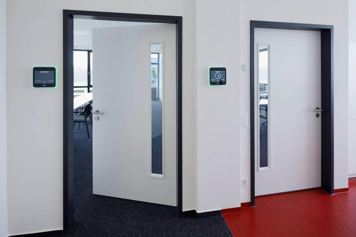 Bild 4/9 Büro-/Mitarbeiterbereich mit Raumbuchungssystem