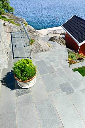 Seidig glänzend: Schiefer-Rechteckplatten und Schiefersplitt für die Terrasse