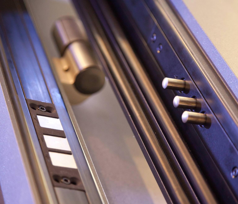 Stößelkontakte versorgen Türblätter kabellos mit elektrischer Energie