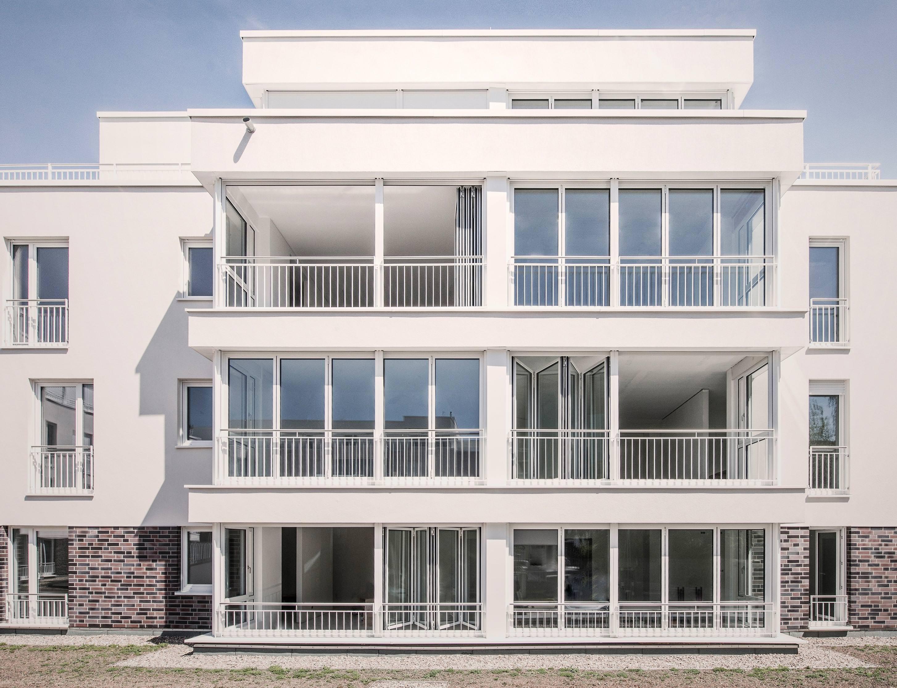 Glas-Faltwand als Balkonverglasung zur Wohnraumerweiterung
