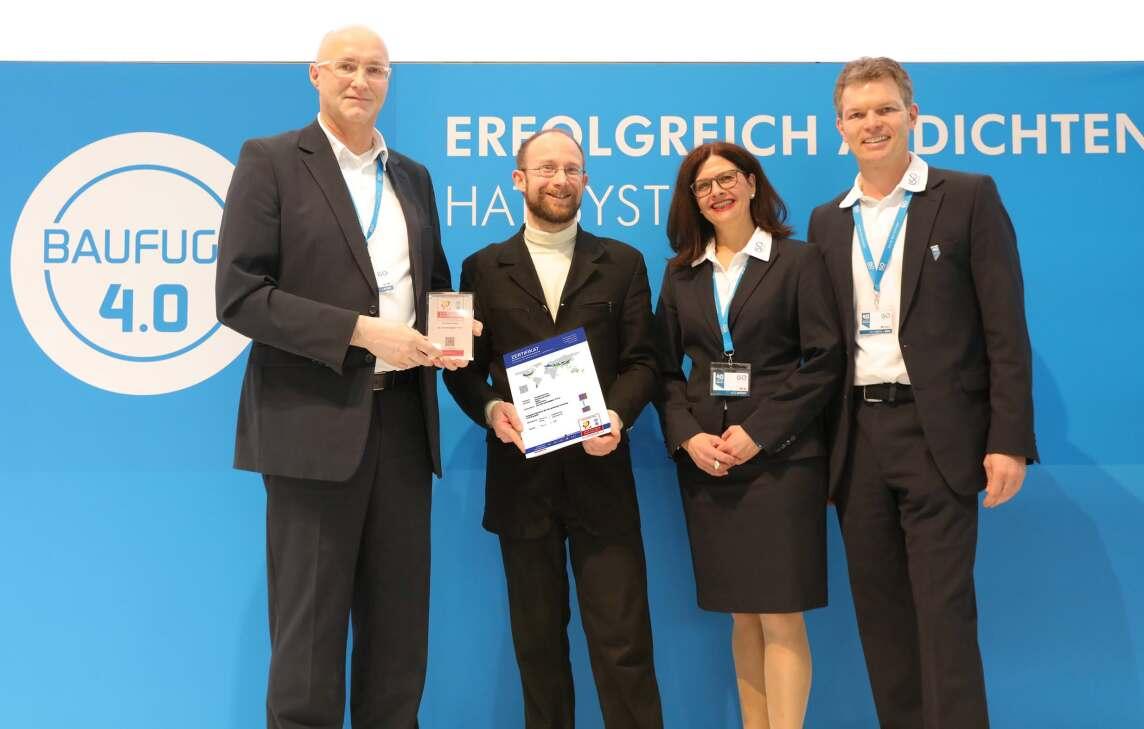 Andreas Lange (Leiter Technik & Training ISO-Chemie), Dr. Benjamin Krick (Passivhaus Institut) sowie  Inge Knorn (Leiterin Marketing ISO-Chemie) und Dr. Martin J. Deiß (Geschäftsführer ISO-Chemie)