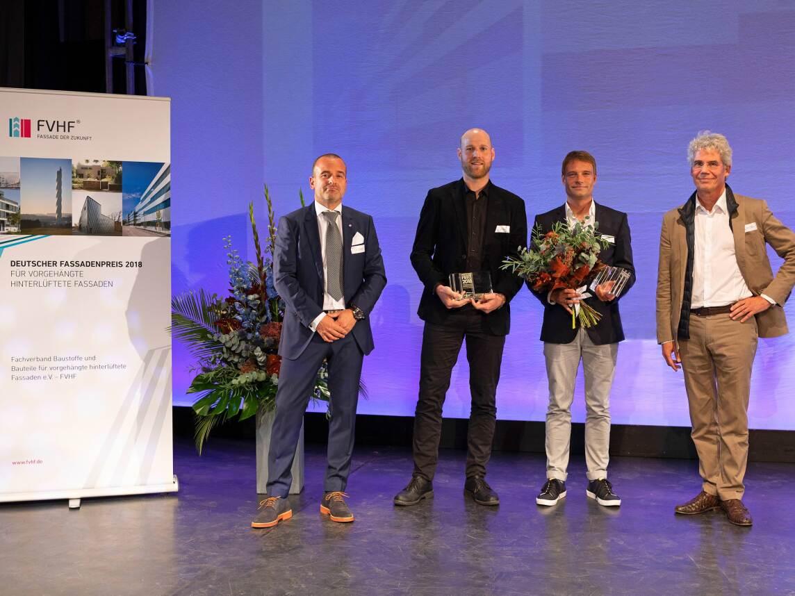 Andreas Reinhardt (FVHF), Jonas Faber und Prof. Jan Kliebe (MGF Architekten), Till Schneider (schneider+schumacher, Jurymitglied) - Foto © FVHF e.V., Dirk Heckmann