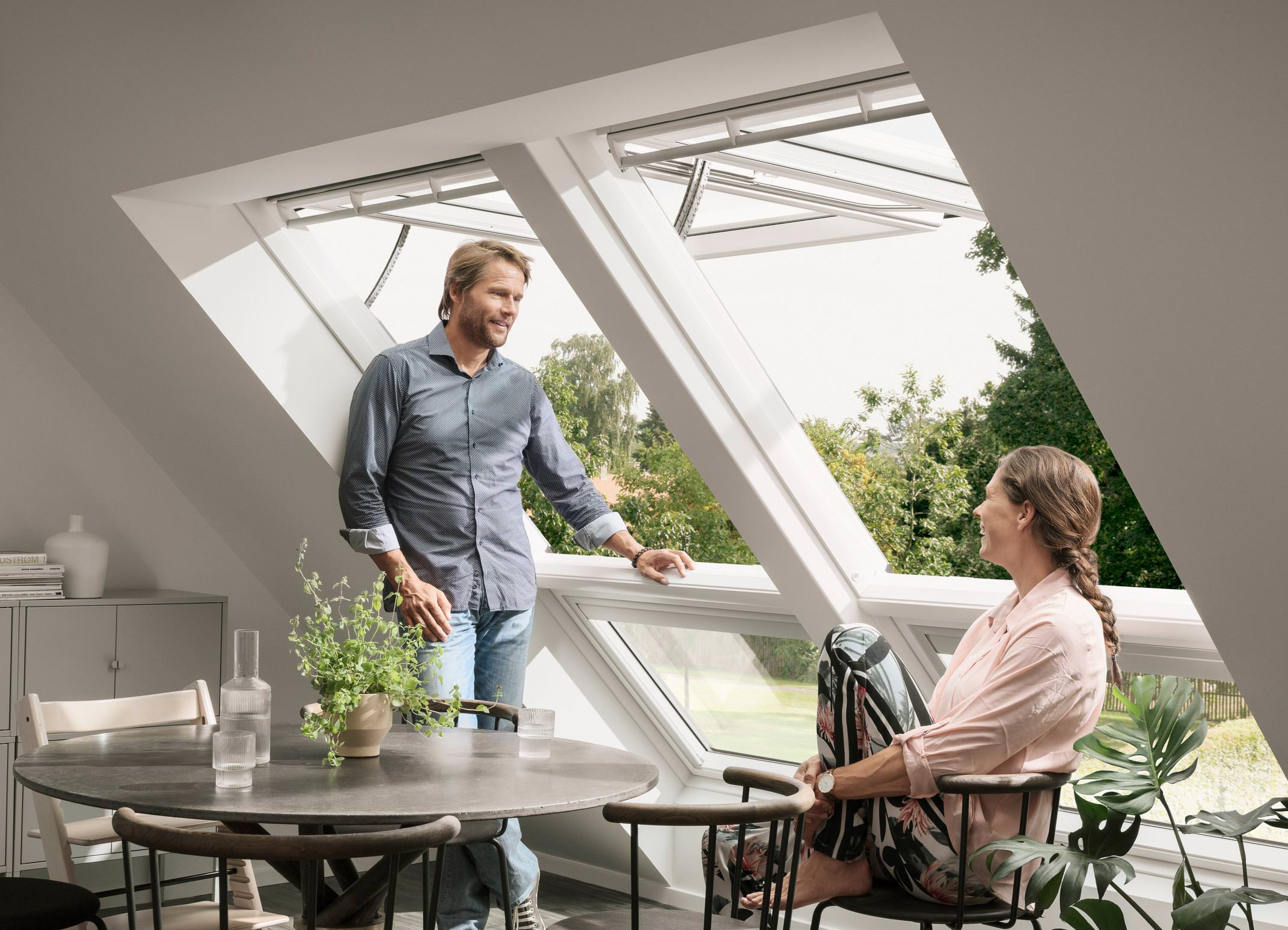 Top Weltpremiere: Erstes elektrisches Klapp-Schwing-Fenster von Velux RU49