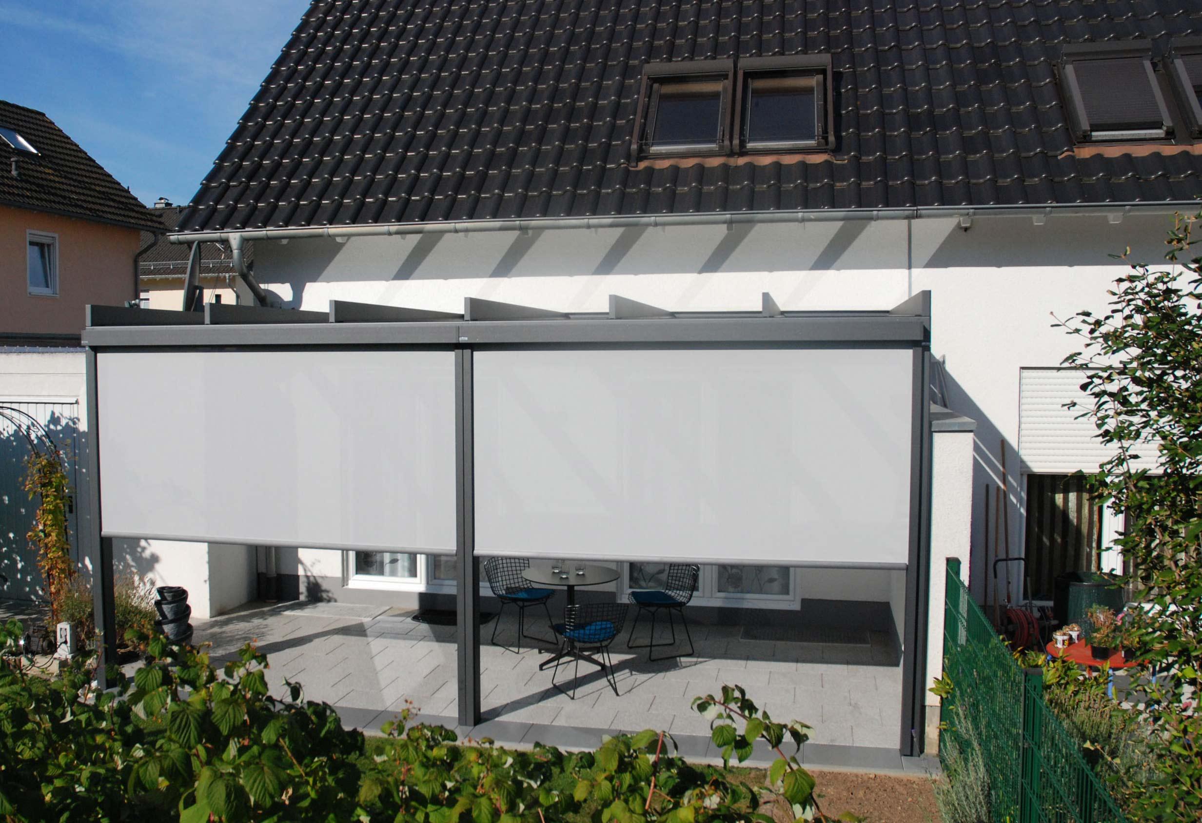 Senkrechter Sonnenschutz für mehr Privatsphäre auf der Terrasse