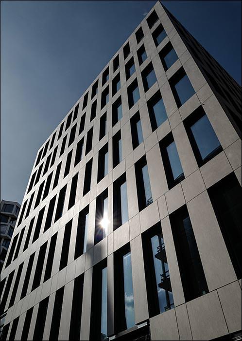 Bis zu 60 m hohe Fassade vom Münchner Kap West mit Hinterschnitt befestigt