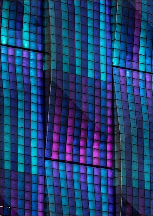 LED-hinterleuchtete 3D-Bio-Medienfassade aus Flachs, Bioharz und Wellpappe