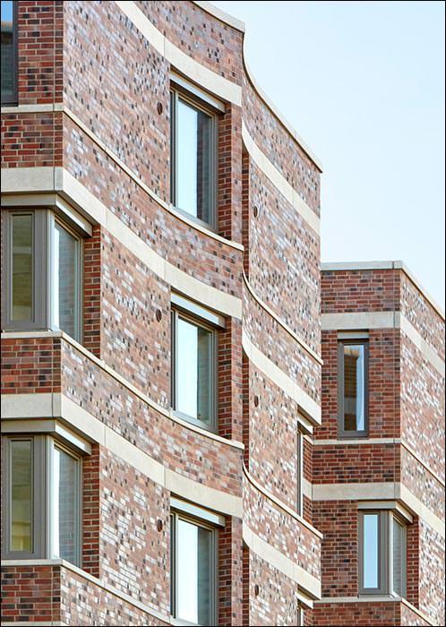 Schwungvolle Fassade per Klinker-Sonderstein direkt an der Weser