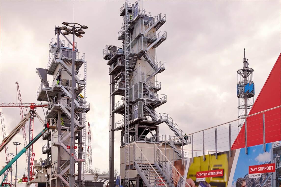 3/9 - Auch riesige Asphaltmischanlagen stehen bereits. Diese 39 Meter hohe Maschine wird die Amman Group präsentieren. Der Aufbau für die bauma dauerte eineinhalb Monate.