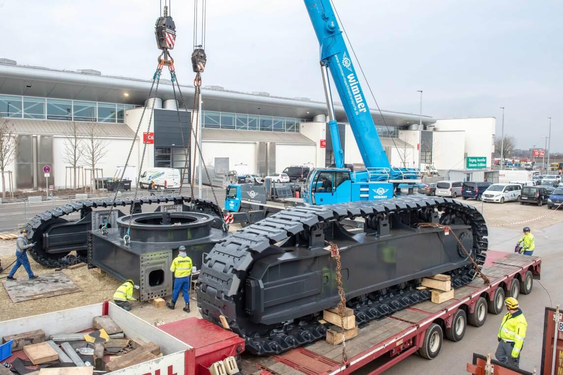 6/9 - Ankunft eines Hydraulik-Baggers der Komatsu Europe International N.V. Gesamtgewicht: 388 Tonnen.