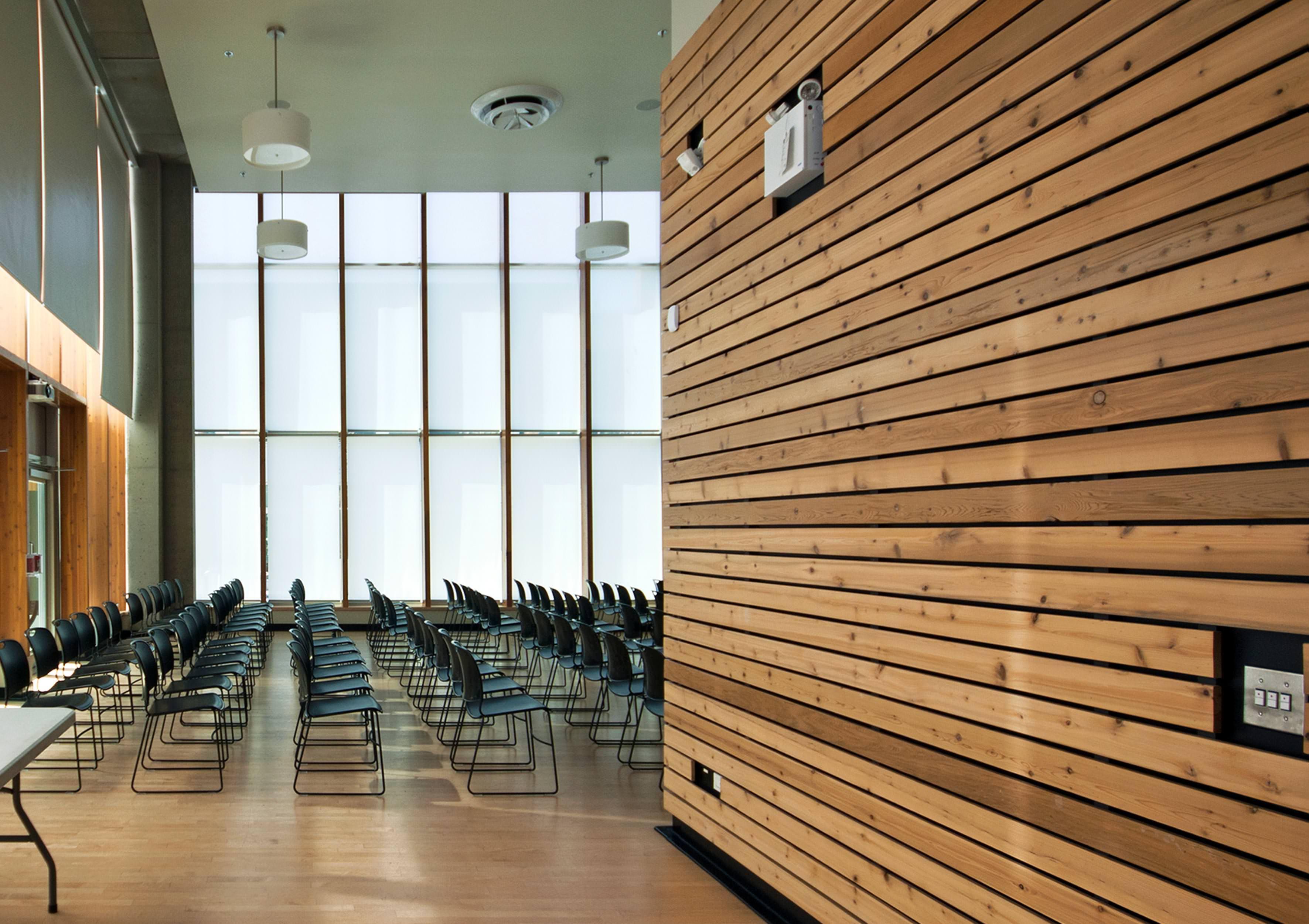 Schwer entflammbare Vollholzprofile in Designdekoren für außen und ...