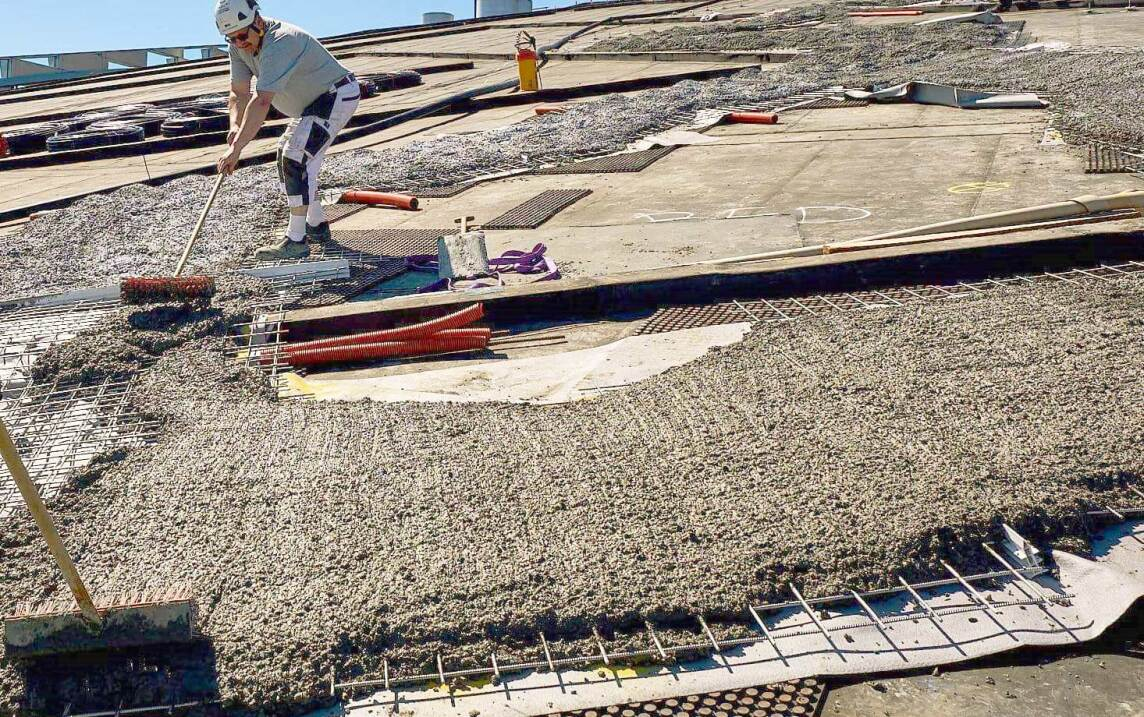 Stabile Basis für die späteren Wege sind die hoch belastbaren Bautenschutz- und Dränageelmente Elastodrain EL 200. Darauf werden Armierungsgitter einbetoniert. (Foto © Malmos A/S / ZinCo)