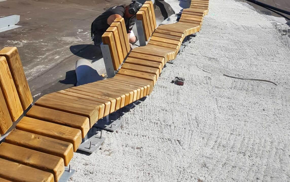 In das Betonfundament können allerlei Aufbauten verankert werden – wie diese originelle und fast endlose Holzbank. (Foto © Malmos A/S / ZinCo)