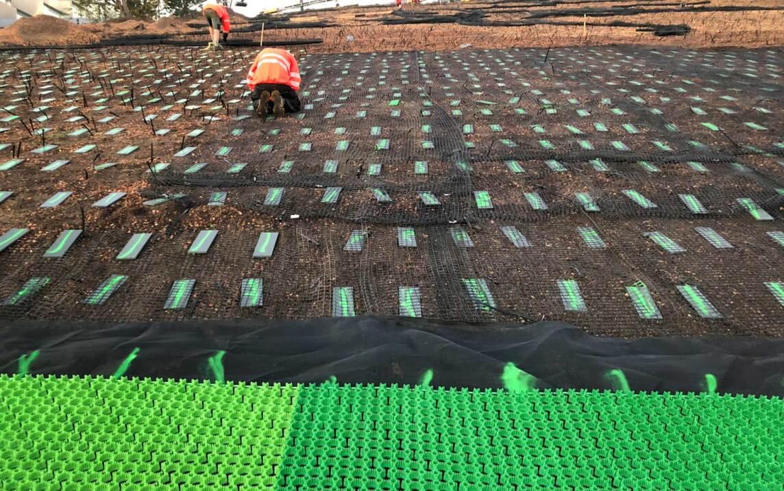 Teilabschnitt um Teilabschnitt werden die Kunststoffnetze fixiert und im Anschluss die grünen Kunststoffmatten auf den Metallplatten verschraubt. (Foto © Malmos A/S / ZinCo)